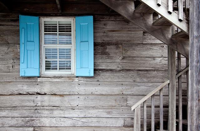 natřené okenice