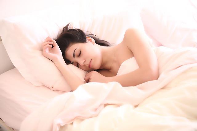 spící bruneta