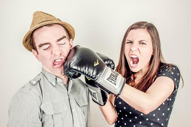 žena boxující muže