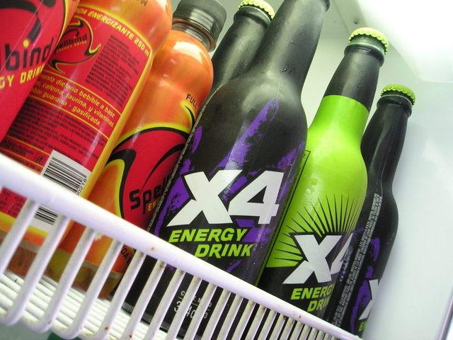 energetické nápoje v lahvi v ledničce