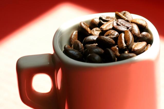 hrnek na kávu plný kávových zrníček