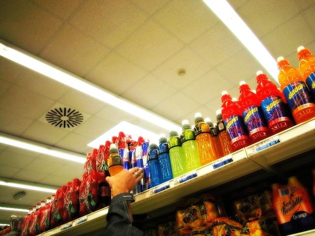 energetické nápoje v nabídce v obchodě